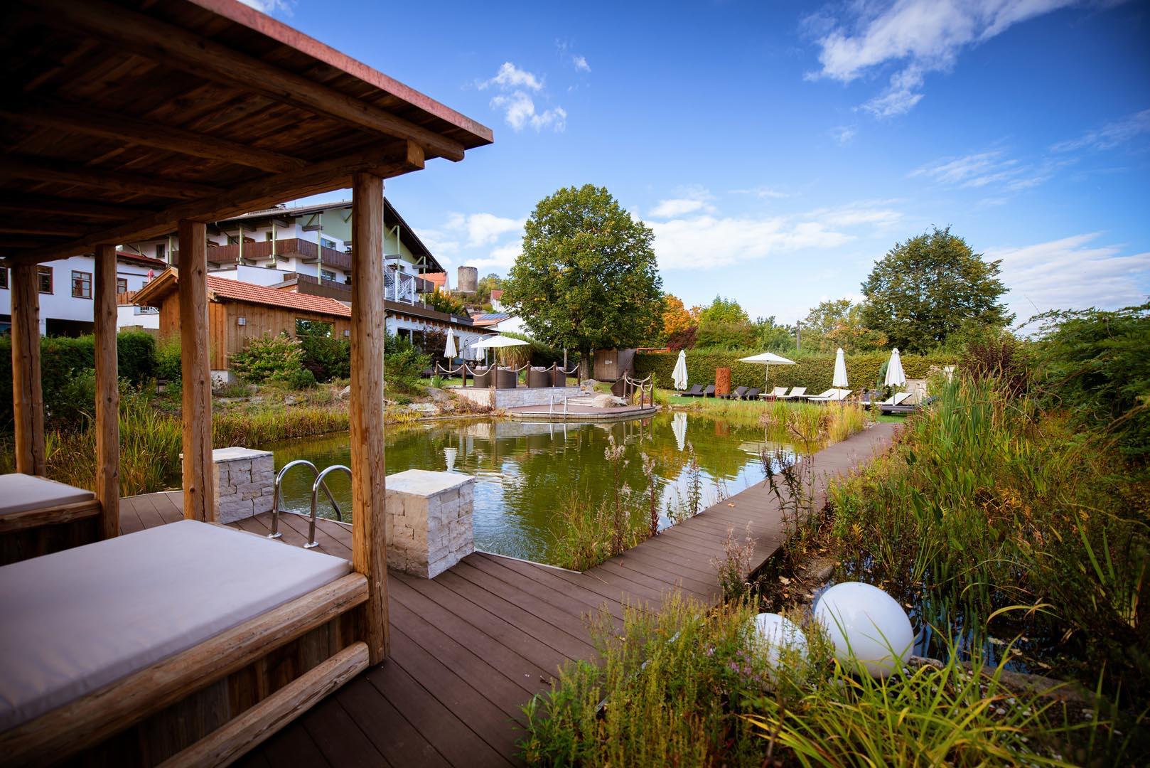 Wellnesshotel Zum Bräu: Naturteich und Relaxgarten
