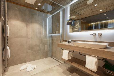 Das moderne Bad der Zimmerkategorie Heimatzeit unseres Wellnesshotel im Bayerischen Wald