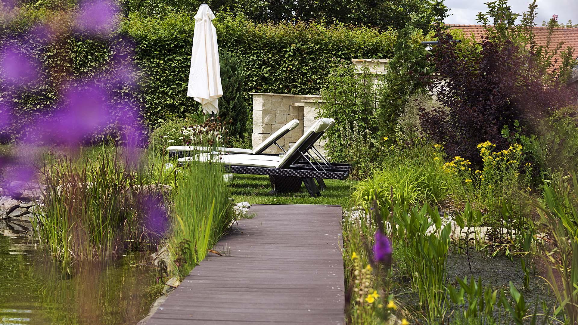 Relaxgarten am Bio-Badeteich unseres Wellnesshotel
