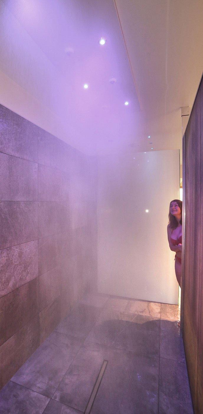großzügiger Duschbereich unseres Wellnessbereiches im 4 Sterne Wellnesshotel