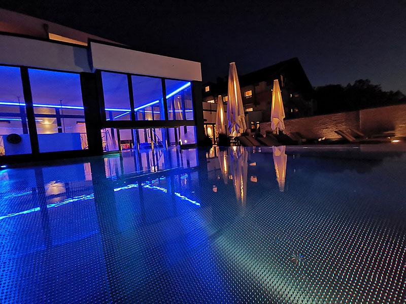 Abendstimmung unseres Aussenpools im 4 Sterne Wellnesshotel Bayerischer Wals
